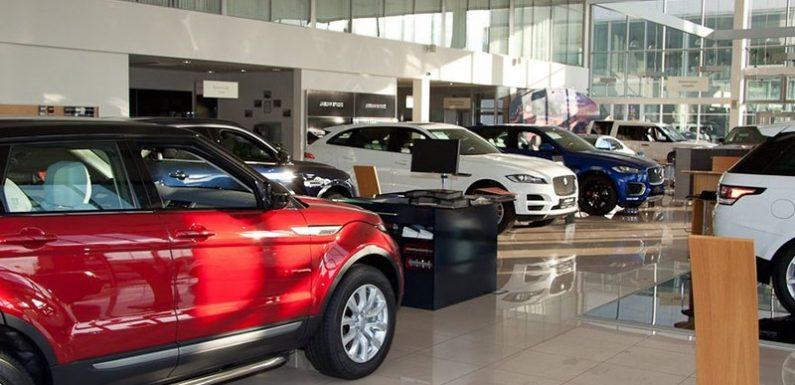 Автокомпании начали повышать цены в России