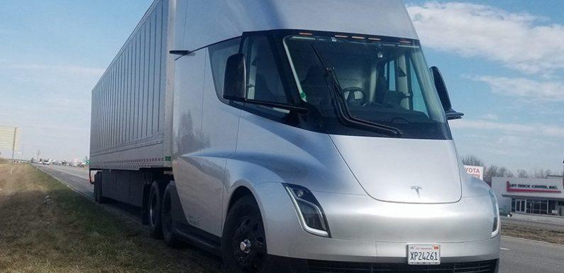 Новое детище Илона Маска — грузовик Tesla отправился в путь
